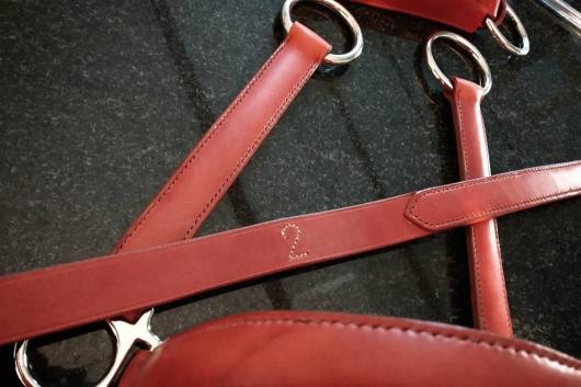 Série de dix licols, trois tailles différentes numérotées cousus entièrement à la main au point sellier en cuir Victoria